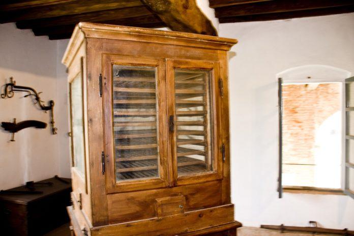 vecchio essicatore per la coltivazione del bacco da seta