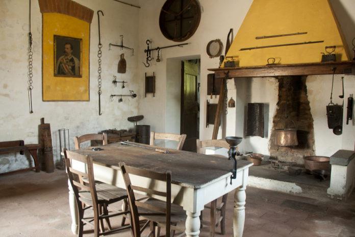 stanza cucina con camino nel museo di cascina farisengo