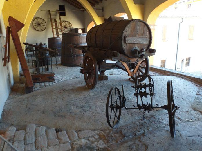 Carro delle botti e la vinificazione contadina nel museo contadino di cascina farisengo
