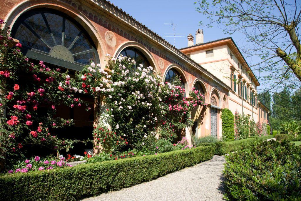 giardino privato cascina con limonaia con roseto in fiore