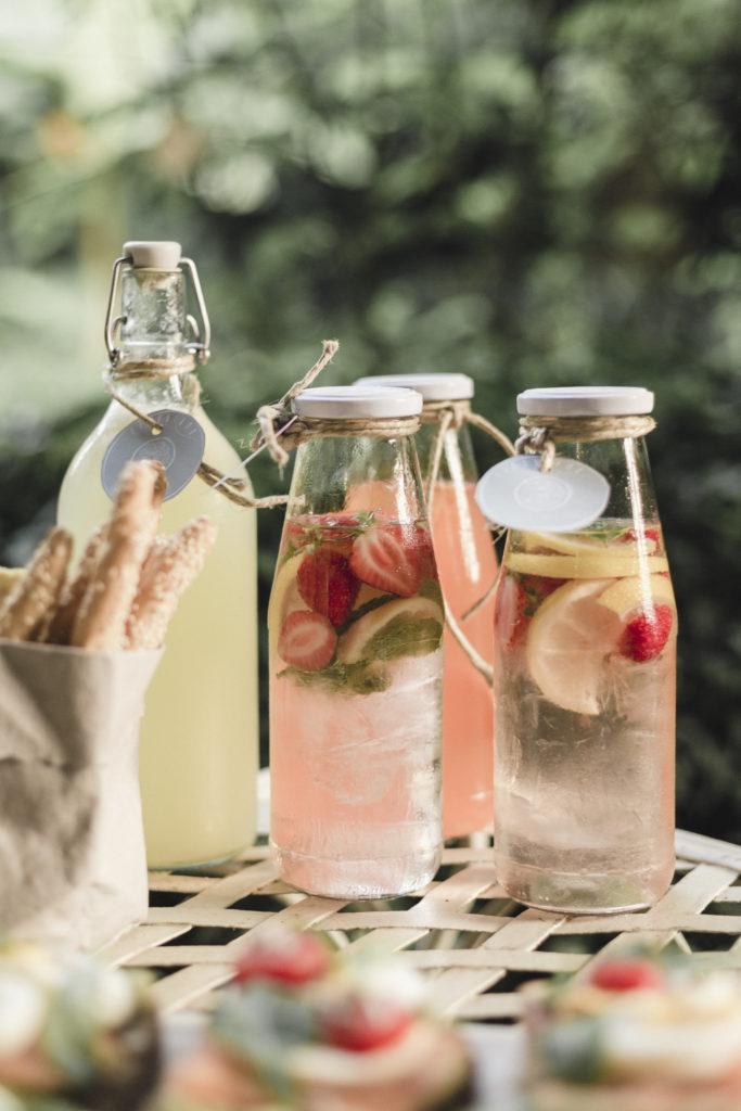 bottiglie di acqua aromatizzata alla frutta e limonata fresca