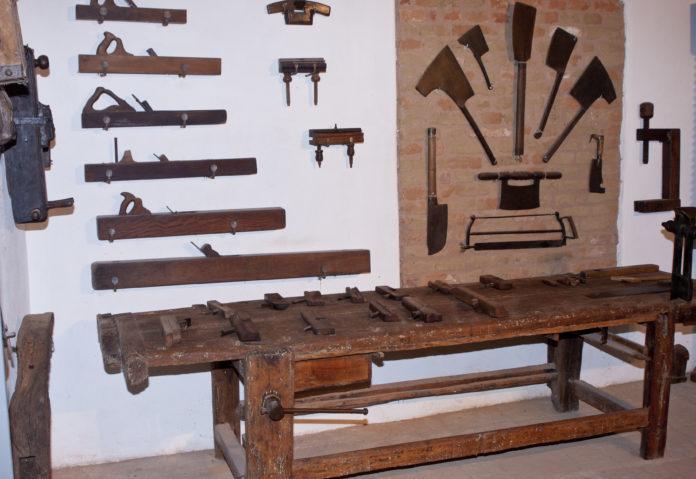 antiche attrezzature da falegname e macellaia nel museo della cascina Farisengo